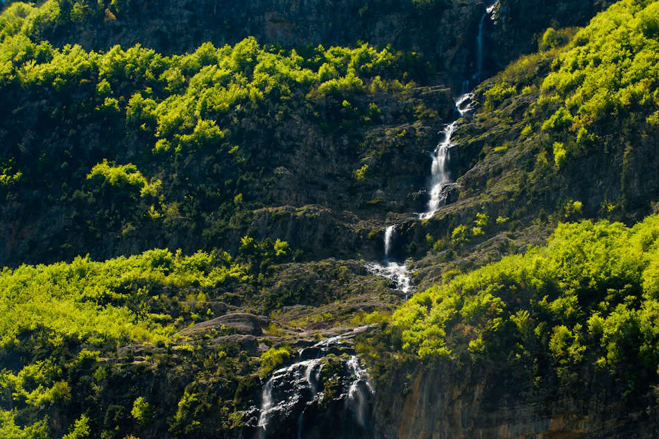 Iñaki Relanzon - Waterfall in the green